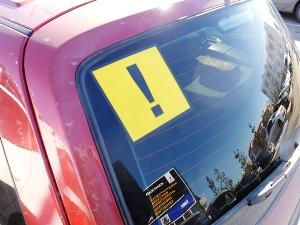 Что означает восклицательный знак на машине