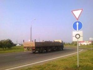 """Дорожный знак """"Уступи дорогу"""" по ПДД"""